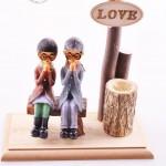Bankta Oturan Romantik Aşıklar Temalı Işıklı ve Kalemlikli Ahşap Biblo